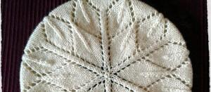 Modello Star Anise, un basco in lana naturale