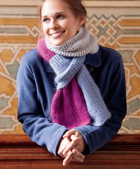 Natalia Scarf di Dora Ohrenstein, sciarpa all'uncinetto tunisino che sembra maglia