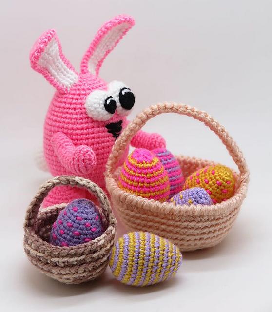 coniglietto, uova e cestino all'uncinetto, per la Pasqua